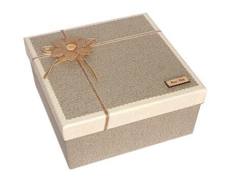 серая коробка для салюта из бабаочек