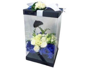 цветы в прозрачной коробке с бабочками