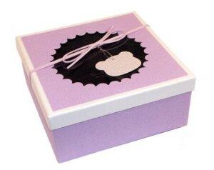 розовая квадратная коробка с окошком для бабочек